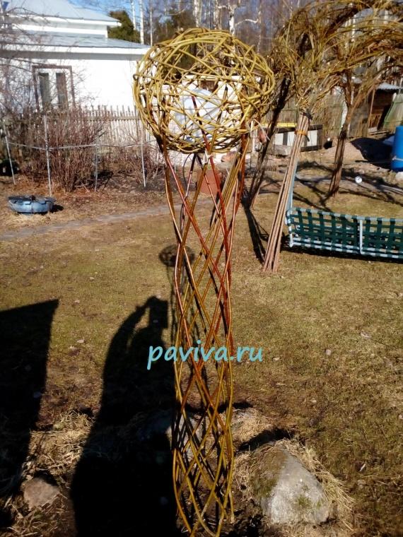 павива плетёное дерево  Лучше всего прислонить их к стене. Таким образом плетение сохранит свою полную прочность, если оно слишком влажное, то его стержни могут формироваться. Прежде чем мы начнем сами обрабатывать нарезанный плетеный материал, нам следует подождать год или, по крайней мере, летний период, пока отсортированные, свободно связанные и хранящиеся в положении стоя не высохнут. Плетеные, предназначенные для изготовления живых конструкций, следует размещать в сухом, защищенном от мороза, света и ветра месте, например, в гараже или сарае. Вредители: при самостоятельной резке плетеных следует обращать внимание на его качество и варианты хранения.русская ива купить плетеное дерево